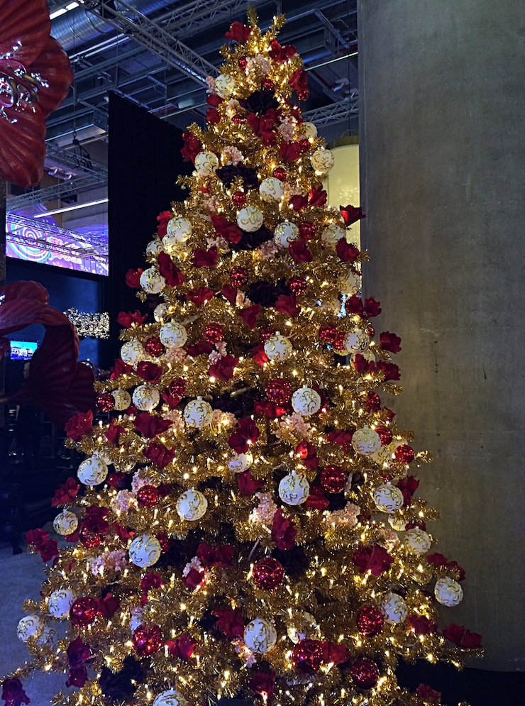 gold-xmas-tree-with-ww-lights-740