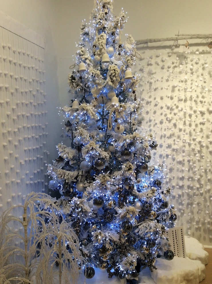 cool-white-and-flocked-tree-740